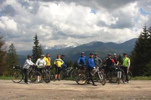 Cykloturisti z Podbiela nad panorámou Oravíc