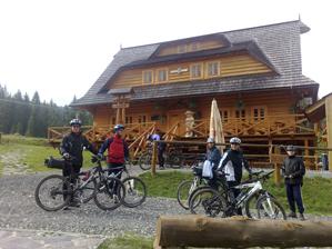 Cykloturisti pred kolibou na Vasiľovskej holi