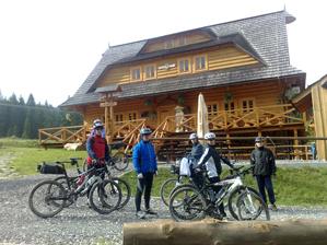 Cykloturisti po krátkom odpočinku na kolibe