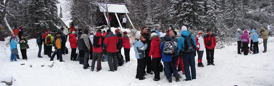 Panoráma z Ťatliakového jazera na účastníkov Štefanského výstupu na Ťatliakovu chatu